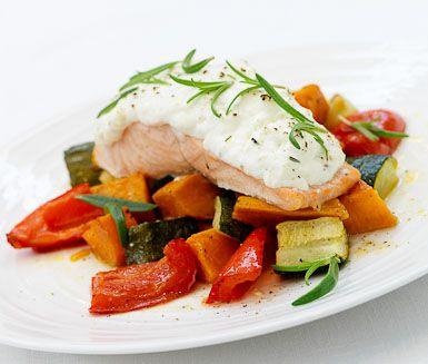 En obeskrivligt god lax, som steks under ett täcke av kesella, fetaost och rosmarin. Servera din lax med de ugnsbakade grönsakerna av potatis, squash och paprika samt en klick av samma oströra som täcker fisken.