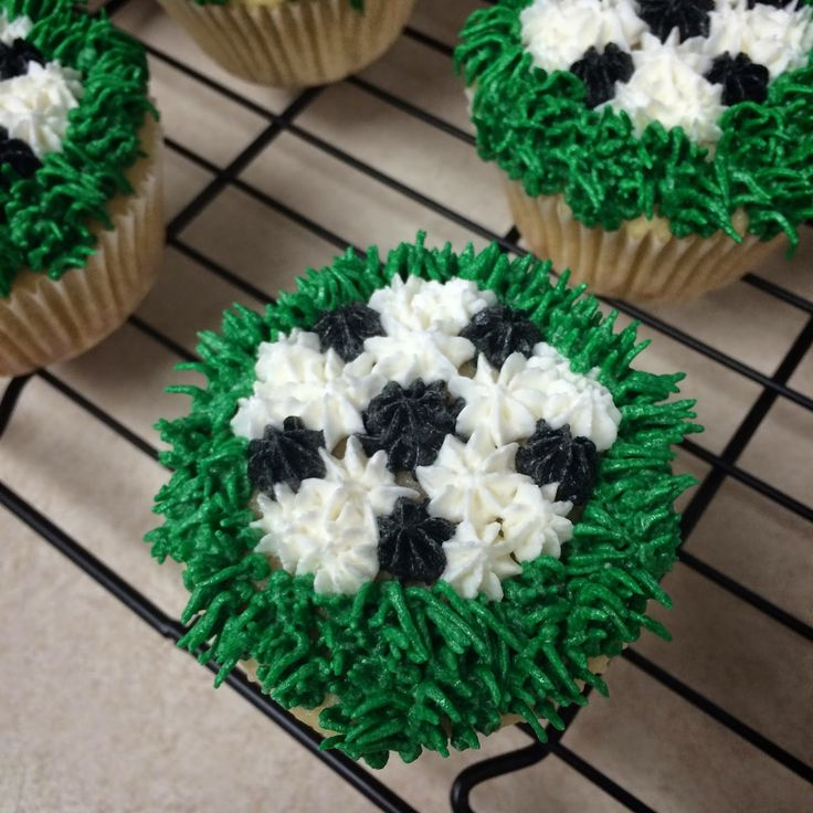 Corn on the Monkey: Soccer cupcakes
