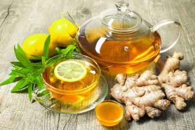 Remèdes naturels contre les nausées matinales de grossesse - Essayez le gingembre. /  La forme séchée est plus facile à consommer: 1 ou 2 gélules par jour sans dépasser 2 g (en pharmacie). / Vous pouvez aussi le prendre frais, à croquer ou à sucer. /  En infusion: râpez 1 ou 2 cm dans une théière d'eau bouillante, laissez infuser 10 minutes puis tamisez. /  Ajoutez un peu de miel si besoin pour adoucir le goût. Boire 1 tasse jusqu'à 4 fois par jour. Espacez dès amélioration.