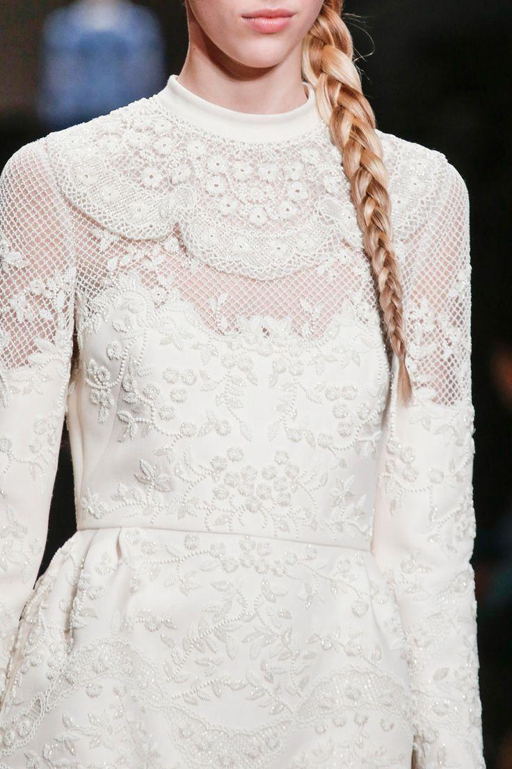Valentino novia trenza vestido manga larga encaje cuello caja bordado blanco