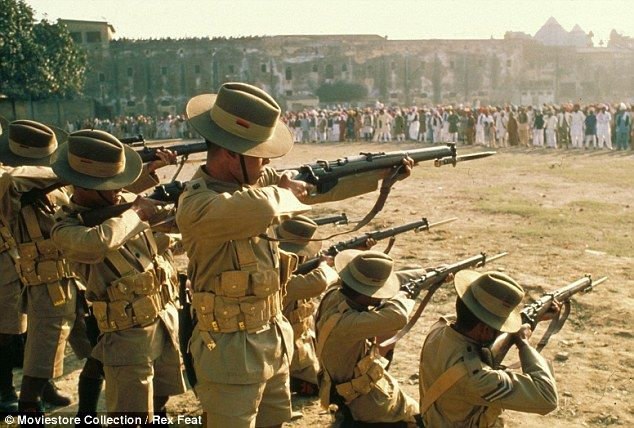 """Massacre de Amritsar, cena do filme """"Gandhi"""", de 1982, ganhador de oito prêmios Oscar. Em abril de 1919, uma multidão que incluía mulheres e crianças manifestava-se pacificamente contra o domínio britânico em Amritsar, cidade sagrada no norte da Índia. O governo britânico havia proibido aglomerações e protestos públicos e o general Reginald Dyer fez cumprir a ordem: mandou os soldados se posicionarem na única saída da praça e ordenou que atirassem contra a multidão desarmada. Foi um…"""
