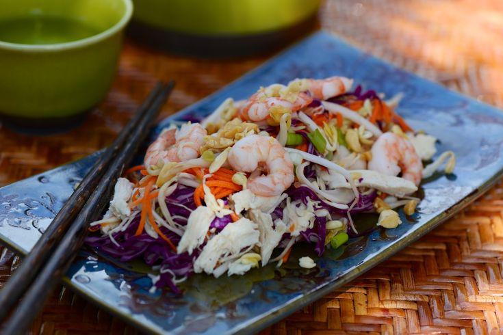 SALADE VIETNAMIENNE AU POULET ET CREVETTES Une salade légère et savoureuse aux saveurs délicates de la cuisine du Viêtnam. Le poulet et les crevettes cuits à la vapeur douce restent particulièrement tendres.