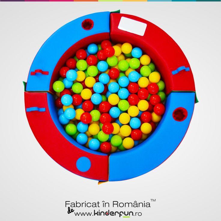 Piscina cu bile Discovery poate transforma orice cameră într-un loc de joacă atractiv pentru orice copil. Design special conceput pentru o mai bună metodă de recunoaștere a formelor, culorilor obiectelor și a jocurilor logice. Pișcina cu bile se mai poate folosi și ca țarc pentru copii, spațiu de protejare sau loc de joacă. Descoperă și învață. Kinderfun™ Soft Play   Fabricat în România » www.kinderfun.ro
