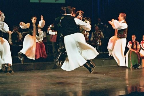 Hungarian dance--Google Image Result for http://www.hagyomanyokhaza.hu/pictures/0/00000437.jpeg