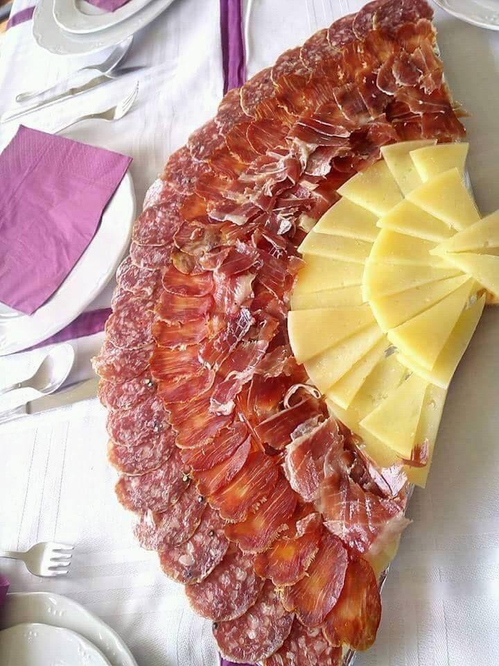 Abanico típico que llevan las damas que bailan sevillanas RECREADO con embutidos que en España són reconocidos mundialmente: queso manchego, jamón serrano, lomo embuchado y salchichón <3