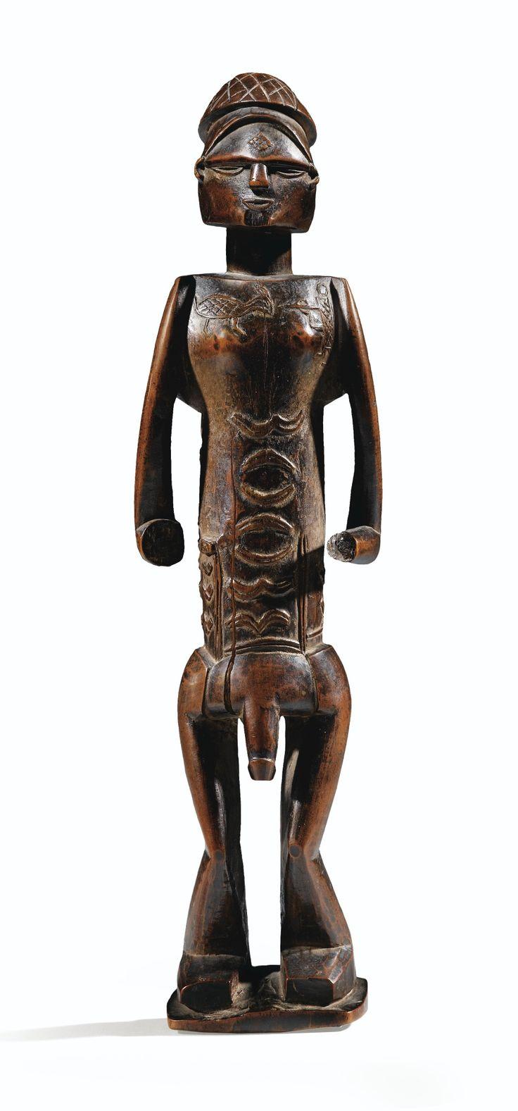 Statue, Bembe-Dondo, République du Congo | lot | Sotheby's Si Raoul Lehuard (Art Bakongo. Les centres de style, 1989, p. 414) et Marc Felix (Art & Kongos, 1995, p. 197) attribuent cette célèbre statue de l'ancienne collection Lee Bronson aux Bembe occidentaux, les deux auteurs soulignent son caractère tant exceptionnel qu'atypique : unique exemplaire du corpus de sexe masculin, qui plus est représenté debout, et dont les jambes « de manière très cubiste, sont sculptées en cônes opposés »…
