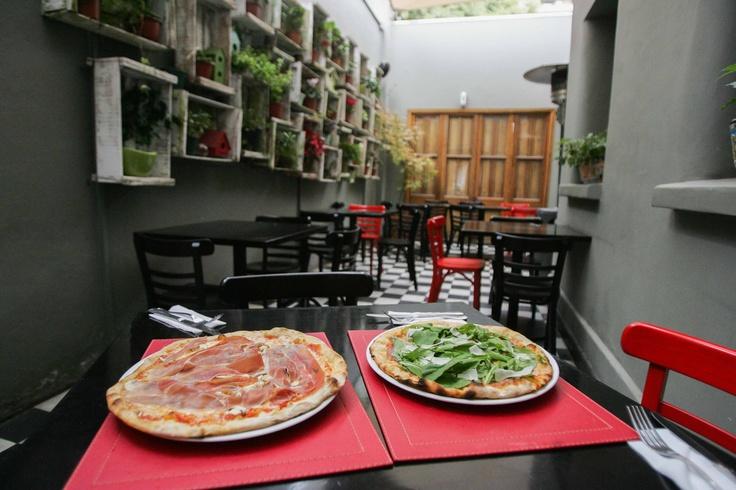 """PIZZAS Y PASTAS   Capperi (Av. Italia 1463) . El amor trajo a Franco de Berardinis desde Roma, hace casi dos años. Y en 2012, abrió este local de """"cocina romana y buenas pizzas"""", donde él se preocupa personalmente de su preparación, porque """"soy un experto pizzaiolo"""", como se define. Es licenciado """"de la mejor escuela de pizza y tuve como profesor al campeón mundial de pizza (año 2012), Maurizio Capodicasa""""."""