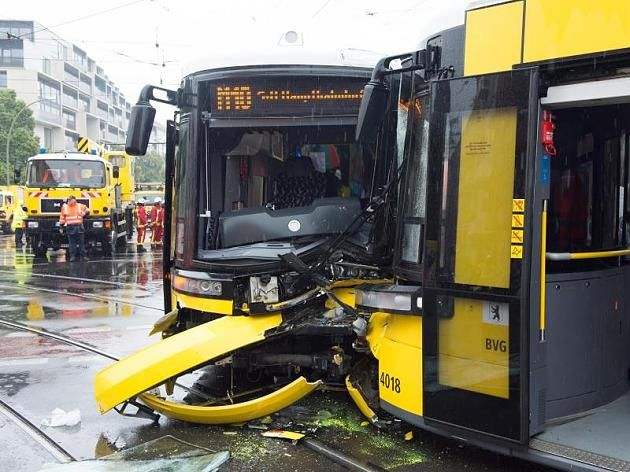 Schwer beschädigt: Die beiden Straßenbahnen nach dem Zusammenstoß.
