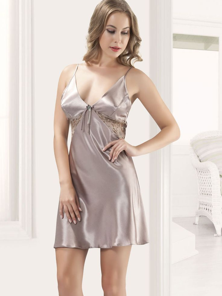 Anastasia Saten Gecelik 5012; Vizon renkli seksi gecelik ince askılı olup göğüs altını dantel işlemelidir. Saten kumaştan üretilen seksi geceliğe külot dahil değildir.