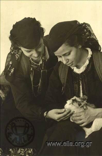 Κορίτσια με παραδοσιακές στολές το 1937.... Φωτογράφος Nelly's. Αρχείο ΕΛΙΑ.