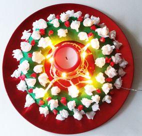 advent (korpus, krepový papír na obalení, krepové papíry na kuličky, svíčka, světelný řetěz)