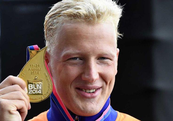 Ferry Weertman wint goud op de 10 kilometer open water zwemmen op het EK Zwemmen 2014 in Berlijn.