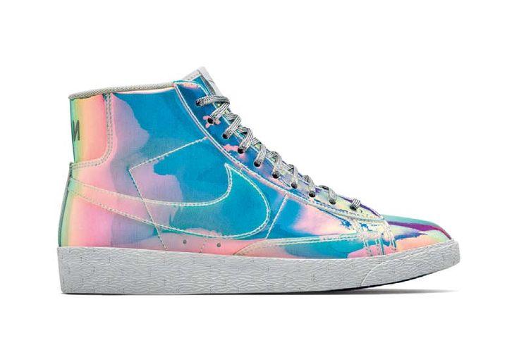 SUCESSO NAS QUADRAS. O tênis de cano alto para basquete acabou de ganhar versão resplandecente: o Nike Women's Blazer Mid Premium combina o corpo totalmente brilhante com sola branca e cadarços metálicos. Por cerca de R$ 990, no Ebay.