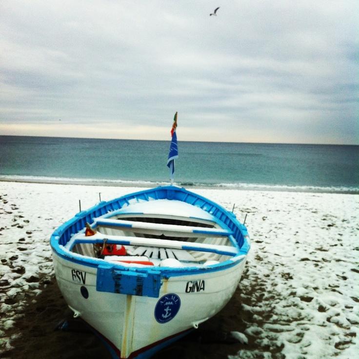 Barca e spiaggia con la neve #liguria #finaleligure 14 dicembre 2012