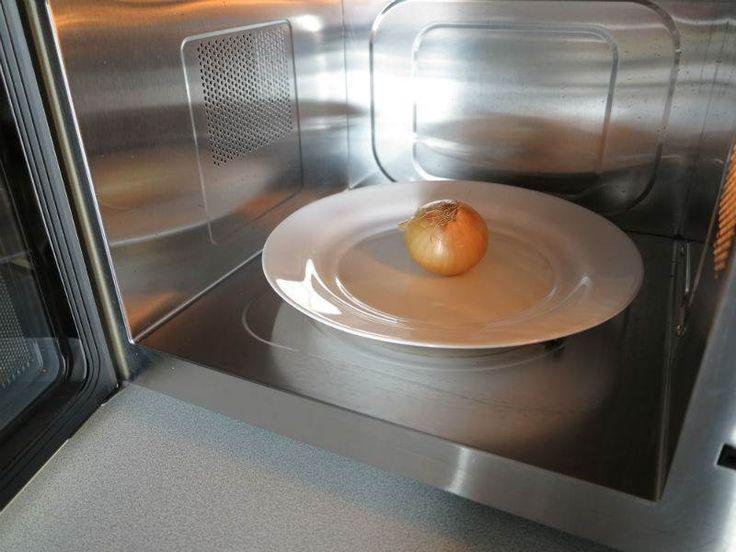 Mikrodalga Fırını İşlerinizi Kolaylaştıracak Şekilde Nasıl Kullanabilirsiniz? - Fügen Büke #yemekmutfak.com Mikrodalga fırınlar genellikle yemekleri ısıtmak ve donmuş gıdaları çözmek için kullanılır. Oysa mikrodalga fırınların gündelik yaşamda işinizi çok kolaylaştıracak kullanım şekilleri vardır. Mesela soğan soyarken ve doğrarken gözünüzü yaşartmaması için kullanabilirsiniz. Nasıl mı?