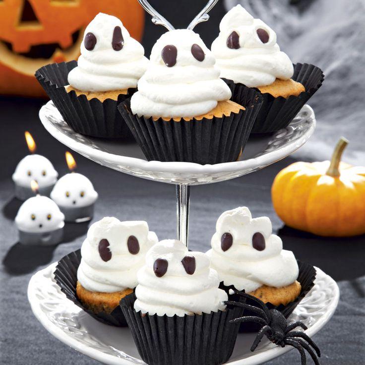 Spritsa vispad grädde på dina muffins för en spöklik effekt.