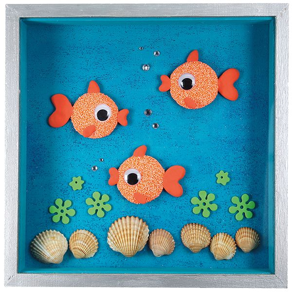Kultakalat on valmistettu helmi- ja silkkimassasta puunapin päälle.