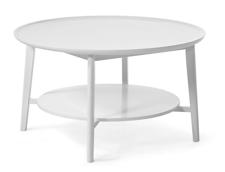 Thea är ett nätt och stilrent soffbord i skandinavisk stil. Bordsskivan har en brickliknande form med en kant. Soffbordet har en praktisk avlastningshylla där du kan förvara fjärrkontroller och tidningar. Thea finns helt i vitlack eller i vitlack med underrede i massiv ek. Thea går att kombinera med de flesta utav våra soffor och dess storlek gör att det passar extra bra till någon utav våra u-formade kombinationssoffor.