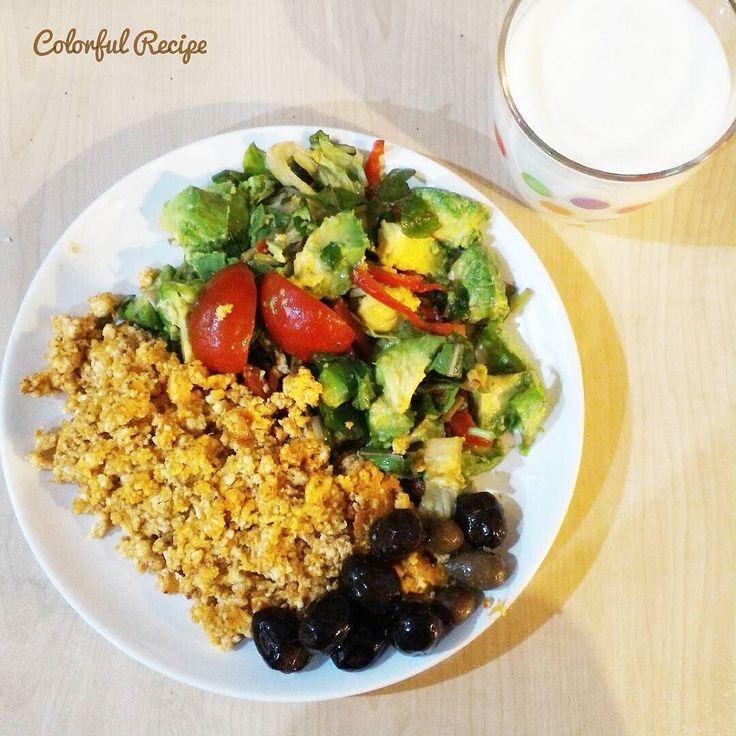 #paleobreakfast #egg with #cottagecheese #butter and #avocado #salad homemade #kefir #olives #healthyeating #wheatbelly #grainbraindiet #lowcarb #tasdevridiyeti #kahvalti #sahur #cokelek ve #tereyagi ile #yumurta ve yanında #avokado salatası ev yapımı #kefir #sagliklibeslen #saglikliyaglar #keto
