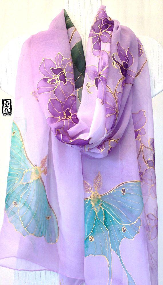 Pintado a mano bufanda mantón de seda, mantón de seda púrpura, orquídeas de noche y Luna polillas, chal de Gasa y seda. Aprox. 22 x 90 pulgadas. Este pañuelo de seda pintadas es un elemento de orden. Su nueva bufanda se recrea y se enviarán dentro de 10 días hábiles desde la fecha de su compra. Tamaño aproximado 22 x 90 pulgadas, este chal de seda púrpura extra grande te envolverán en su abrazo sedoso. Es una pluma suave gasa bufanda de seda con bellos tropicales orquídeas moradas con…