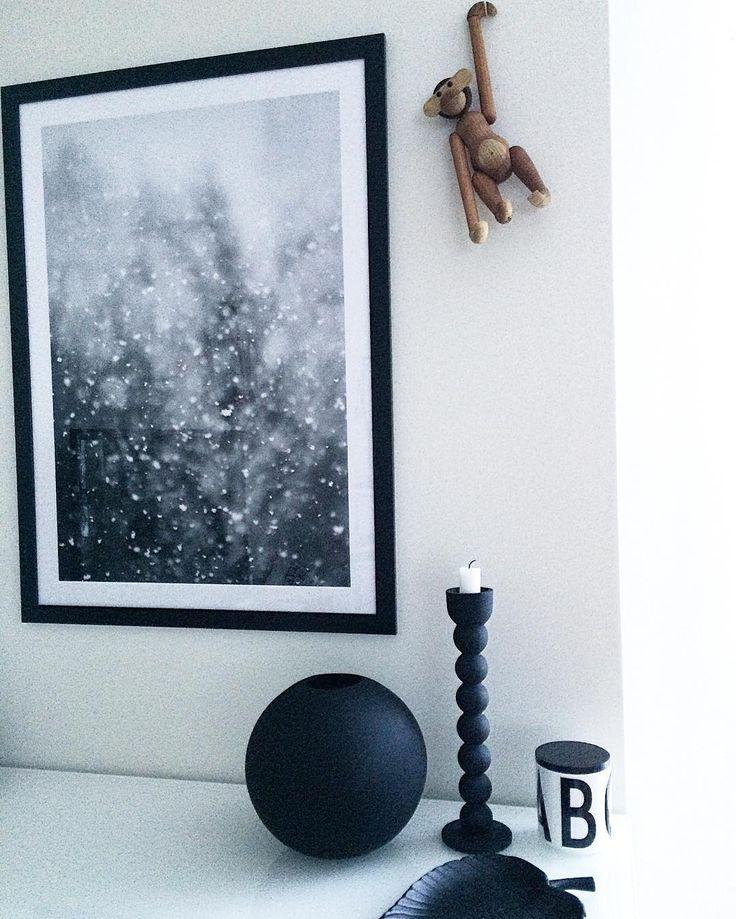 Minimalistisk vit och svart inredning med inramad poster från fotograf @loboman. Tillgänglig som poster på printler.com, marknadsplatsen för fotokonst. Inredning av mariebaacklund på instagram.