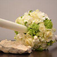 lumanari-nunta-albe-verde-frezii-lalele-trandafiri-albi-viburnum