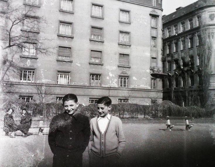 Vaskapu utca, játszótér a Tinódi és a Liliom utca között, háttérben a Mester utcai házak hátsó homlokzata. 1955