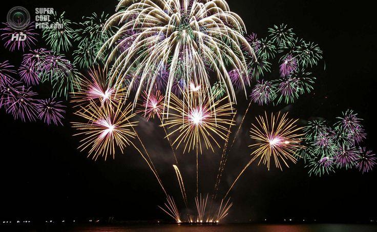 Филиппины. Пасай, Манила. 8 марта. Фейерверки Jubilee Fireworks из Великобритании на 5-м Филиппинском международном пиромузыкальном конкурсе. (AP Photo/Bullit Marquez)