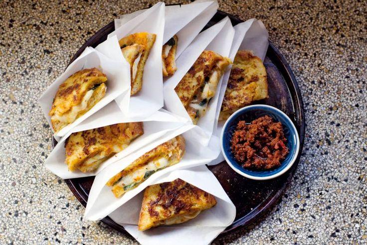 De ultieme tosti kun je 'm ook wel noemen: 2 soorten kaas en extra pit van de arrabbiata pesto - Recept - Allerhande