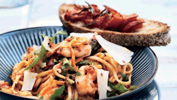 Denne uges hverdagsopskrifter er ægte hyggemad. Her får du opskriften på spaghetti med rejer, hvidløg og chili