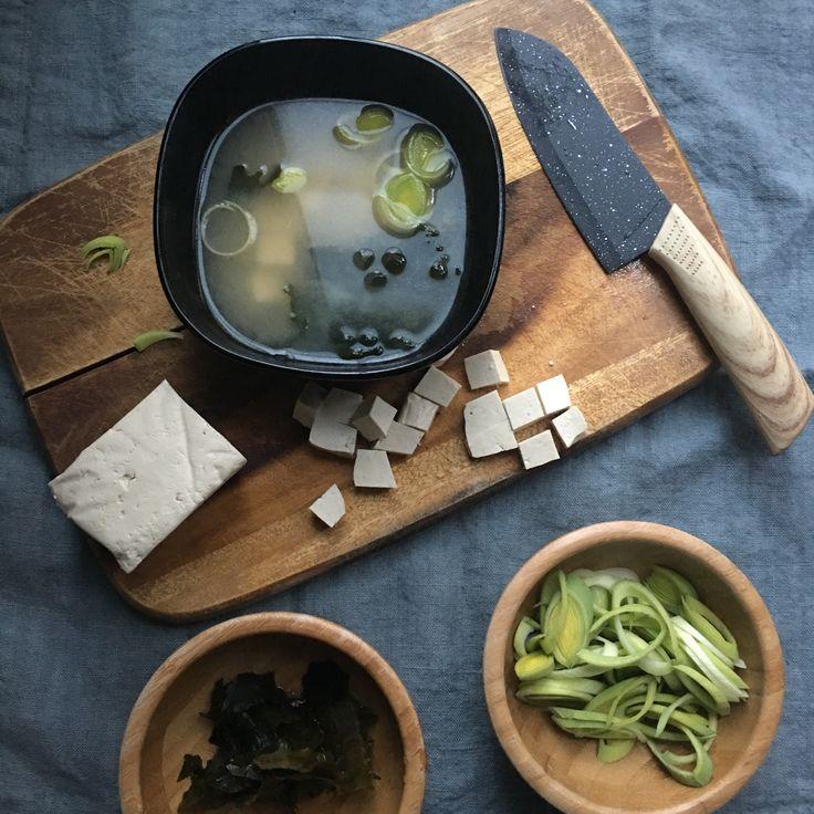 Zuppa di miso con tofu e alghe wakame