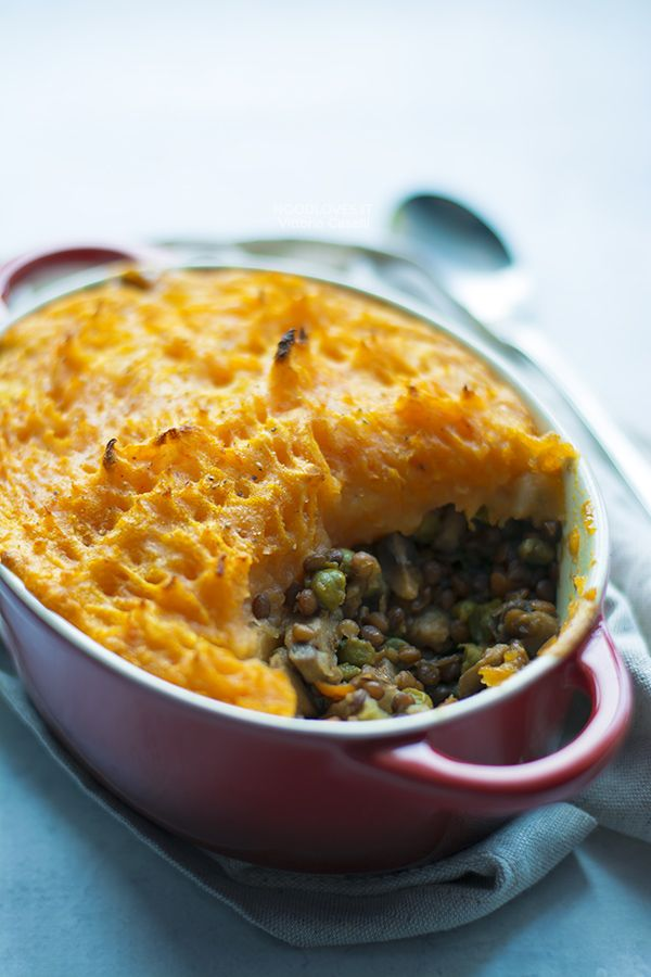 Vegan Shepherd's Pie (or Cottage Pie) with veggies, lentils and mashed potato/pumpkin. You will also find the vegetarian or traditional recipe (with lamb meat) // Comfort food, gluten free, italian recipe, english recipe, light, healthy