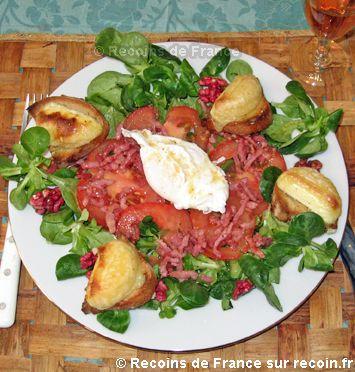 Recette Salade berrichonne .Voici une salade copieuse et raffinée  qui peut se servir en plat principal au dîner. Le crottin de Chavignol chaud sublime cette recette !. Cette recette est une spécialité de la région Centre
