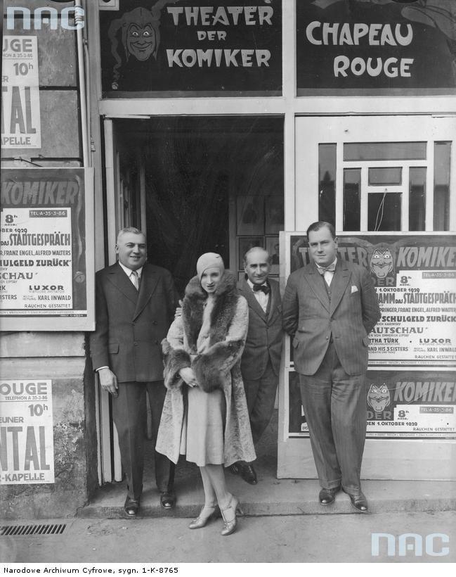 """Artystka Hanka Ordonówna przed """"Theather der Komiker"""". Na ścianie budynku widoczne afisze reklamowe. 1929"""