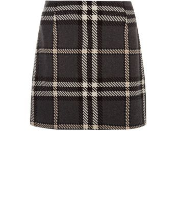 """Try oversized print this season, for an edgier take on classic styles. This check skirt is ideal, just add a black crop top and brogues.- All over print- Mini length- Slim fit- Soft finish- Model is 5'8""""/176cm and wears UK 10/EU 38/US 6"""
