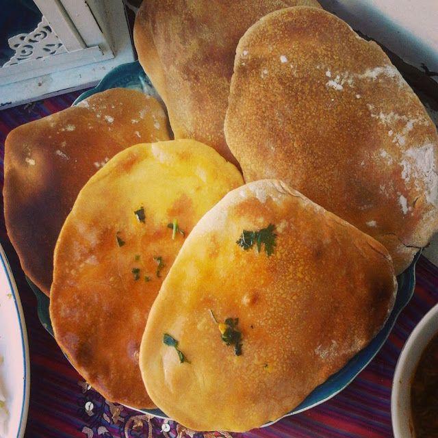 Pão naan com manteiga de alho e coentros