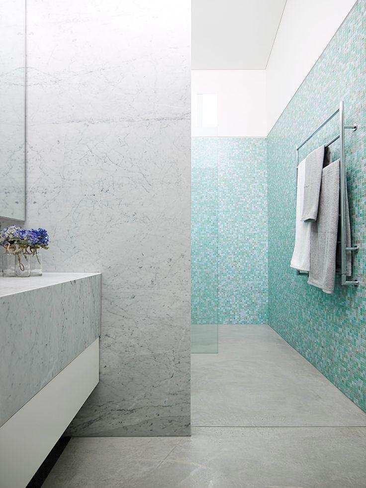 Det är något speciellt med ett badrum klätt i mosaik. Mosaik kan vara allt du själv vill att det ska vara: elegant, fantasifullt, modernt, rustikt, exklusivt, sobert, färgglatt, för att bara nämna några exempel. Här är 19 olika badrumsstilar med mosaik.