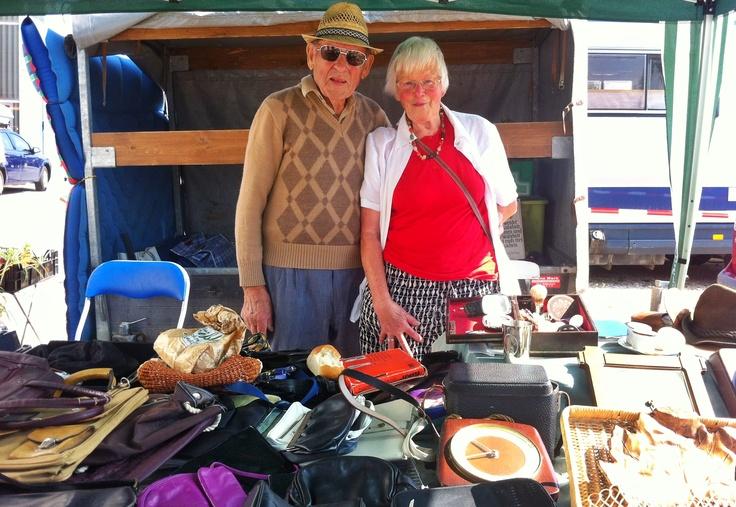 Frau Hampp und Herr Schuster verkaufen seit 30 Jahren zusammen auf Flohmärkten in der Region. Obwohl beide fast 90 sind, machen sie noch immer alles selbst. Wir haben sie und andere nostalgische Schmuckstücke fotografiert: www.ulmer-spickzettel.de/flohmarkt/