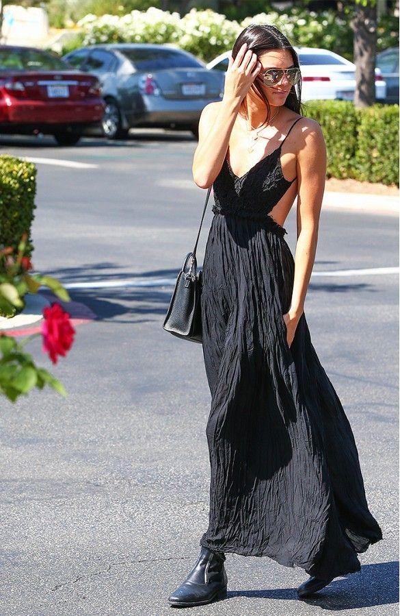Kendall Jenner num look #allblack com vestido longo, ankle boots, bolsa de lado e óculos de sol.