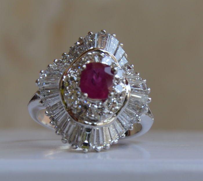 Gouden ring bezet met een robijn van 1 ct en 16 diamanten van 4.78 ct  Geen reserveprijs   Hallmarked 18 karaat wit goud met een uitzonderlijke Top Wesselton diamanten extra transparant ongeveer 34 ct.Gewicht: 735 g.34 x O 12 baguette geslepen diamanten F - VVS - ca. 4.08 ct.10 briljant geslepen diamanten F - VVS - 070 ct1 Ruby.Gefacetteerde ovaal geslepen.Zuiverheid: VS.Rubie van ca. 1 ct.Behandeling: onbekend.Ring maat: 55Afmetingen: 21 cm x 18 cm.Nieuwe voorwaarde.Verzending via DHL in…
