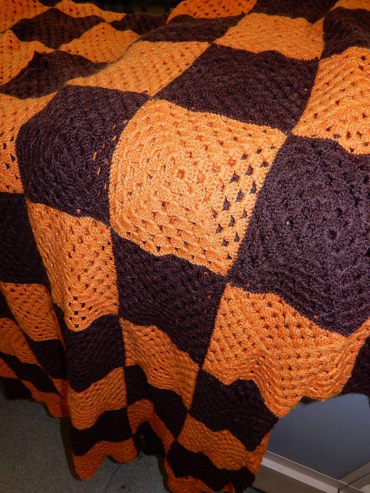 In goede staat verkerende Vintage gehaakte sprei met een afmeting van ongeveer 240 bij 180 cm. De sprei is geblokt met de kleuren oranje en bruin. Prijs € 50.00.