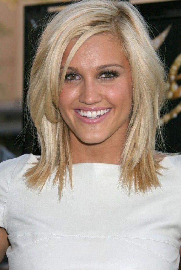 cette jolie fille porte une coiffure toute simple qui met en valeur sa coloration blond - Coloration Blond Clair