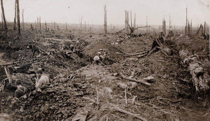 Brytyjscy żołnierze w okopach na terenie zdewastowanym podczas bitwy nad Sommą, 1916 rok