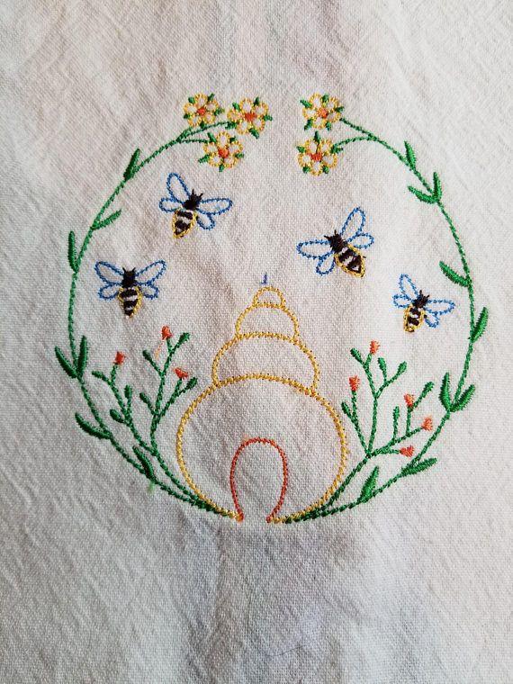 Serviette de cuisine brodé avec ruche d'abeille miel Design léger avec des abeilles et une ruche d'abeille Parfait pour cadeaux d'hôtesse, housewarmings, des cadeaux de Noël 100% coton 17 x 26 serviette Serviette de couleur blanc cassé