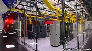 """El """"cerebro"""" de internet para América Latina Ubicado en el centro de Miami, fue diseñado para soportar huracanes de categoría 5. Tiene servicio de electricidad continuo ofrecido por 12 sistemas de energía, y su superficie total es de más de 66.000 metros cuadrados.  Más de 11.000 de esos metros cuadrados están ocupados por el gobierno de Estados Unidos."""