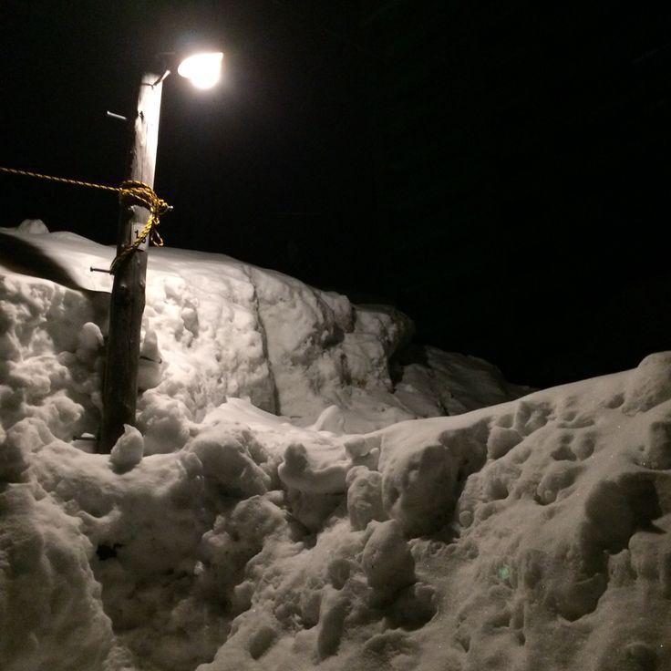 홋카이도의 눈과 전봇대. 밤에 오타루의 주택가를 걸었습니다.