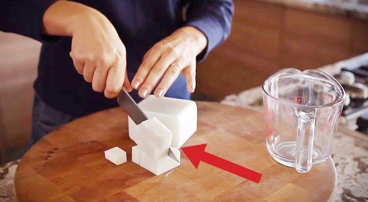 Taglia un blocco di sapone in cubetti e vi aggiunge il caffè: risultato sorprendente!
