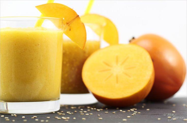 """Kennt ihr eigentlich Kaki? Solltet ihr unbedingt! Diese zwei göttlichen Smoothies helfen euch beim Kennenlernen ;) Die süße orangefarbene Frucht aus Asien hat es in sich. Sie ist reich an Betacarotin, Vitamin A, Vitamin C, Kalium und Phosphor und schmeckt einfach sagenhaft gut. Kein Wunder, dass sie auch """"Götterfrucht"""" genannt wird. Ihr ahnt es wahrscheinlich schon: Wir sind absolute Kaki-Fans,…"""