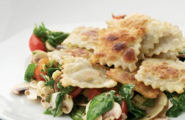 Gebakken ravioli met een spinazie-champignonsalade