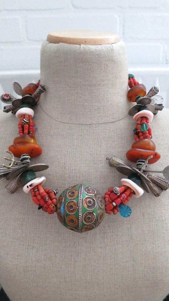 Vintage oorspronkelijke Marokkaanse Berber sieraden ketting, fossiele amber, ei kraal, zilver, koraal, Hangers, shell en oude handel kralen...